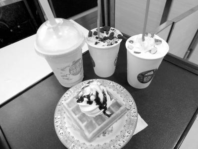 看到左手边开了一家冰淇淋店,小小的店面采用了三面落地玻璃的设计